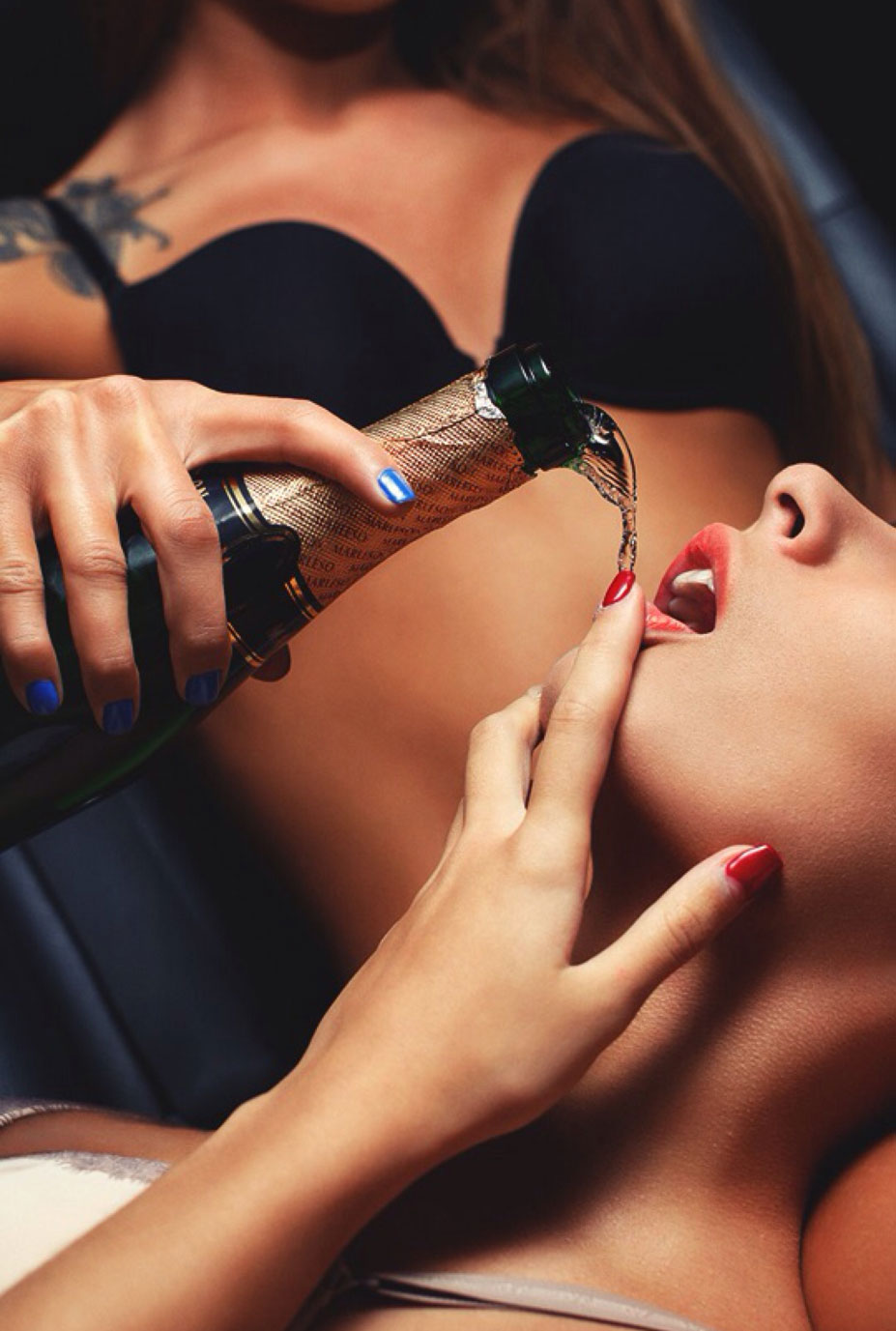красивая сексуальная женщина пьет вино