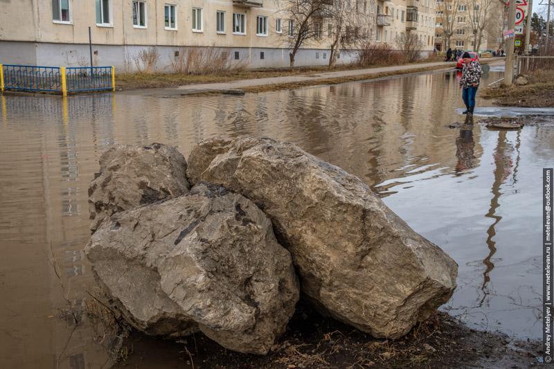 камни лужа и парень рискнувший перейти на другую сторону