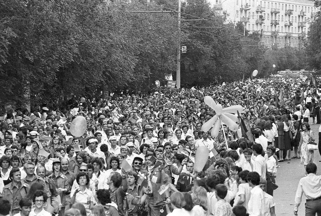 Вид сверху на зрителей и участников фестиваля на улицах Волгограда