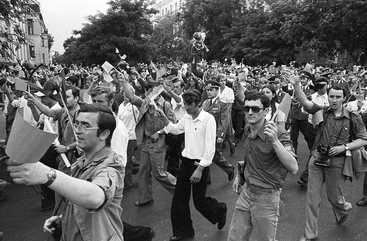 Участники IV Фестиваля Дружбы молодежи СССР и ГДР на улицах Волгограда