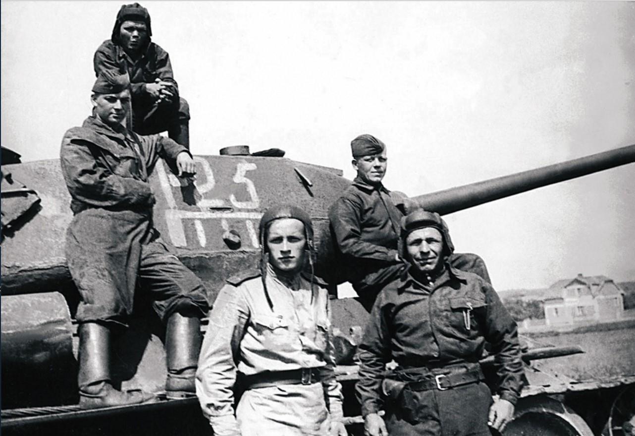 63-я гвардейская Челябинская танковая бригада. Экипаж танка 1-го танкового батальона. Командир танка лейтенант Буранов. Август