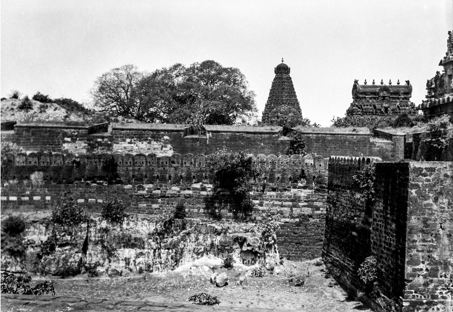 460. Танджавур. Каменная стена, окружающая 66-метровый гранитный храм Брахадисвара