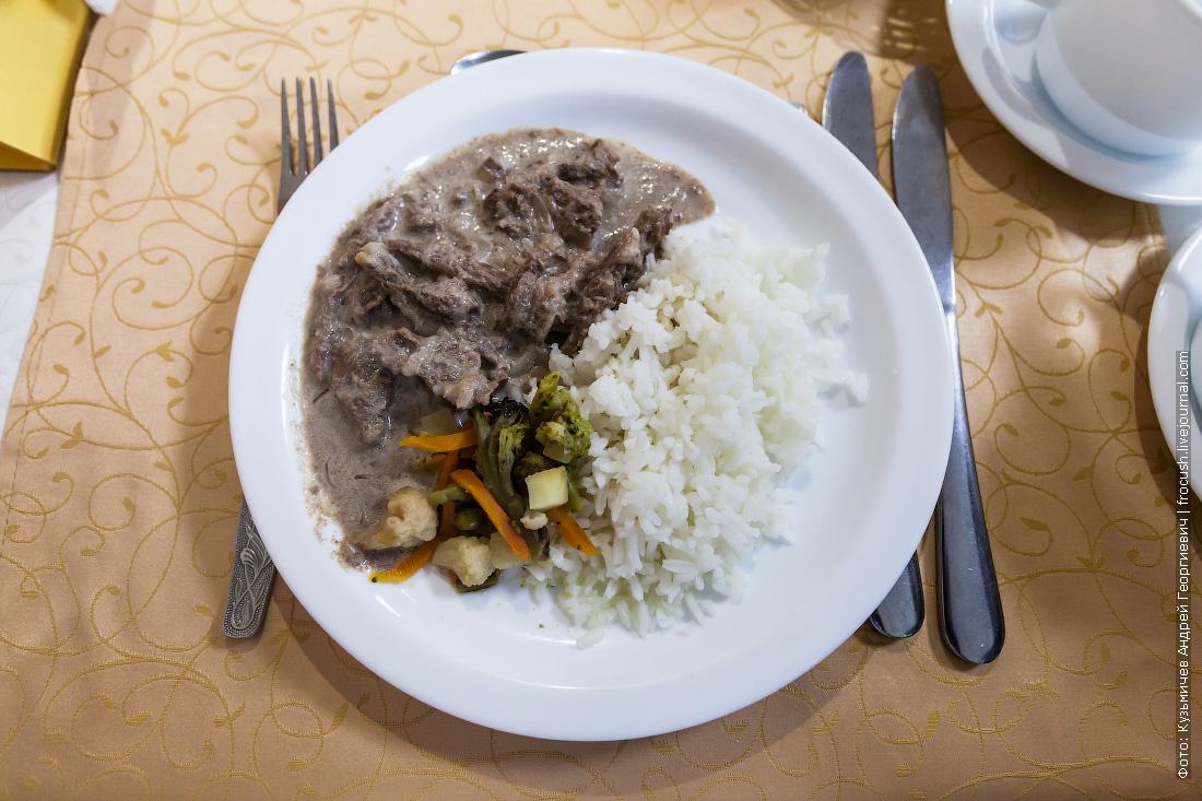 Бефстроганов из говядины с отварным рисом и тушеными овощами