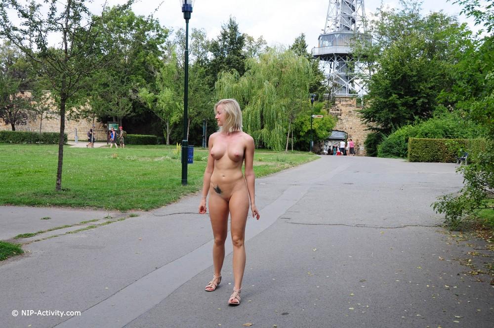 Голая Jana на прогулке
