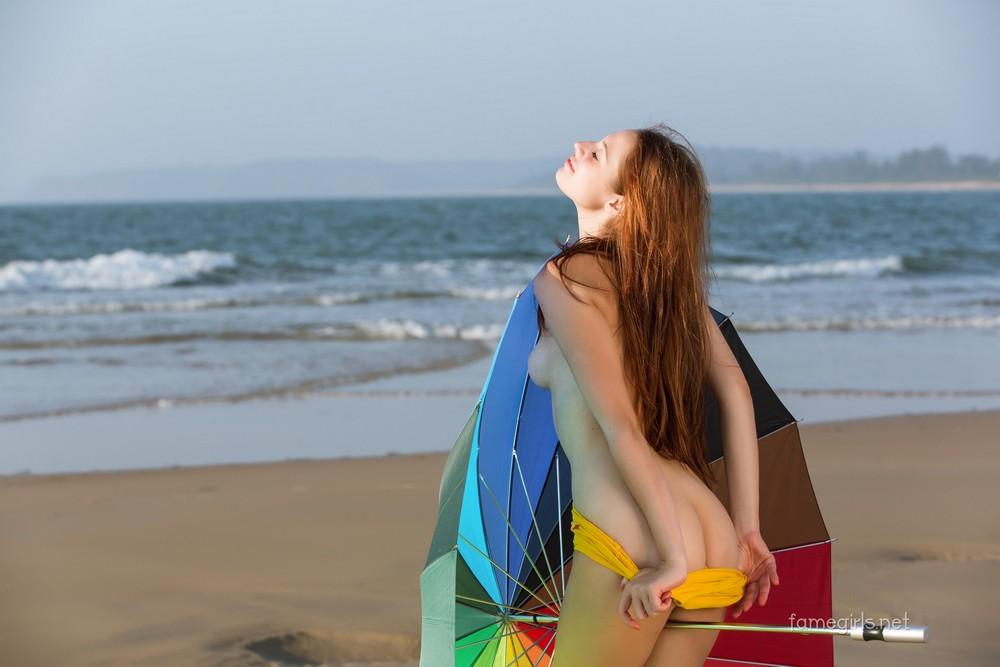 Изабелла с зонтиком на пляже
