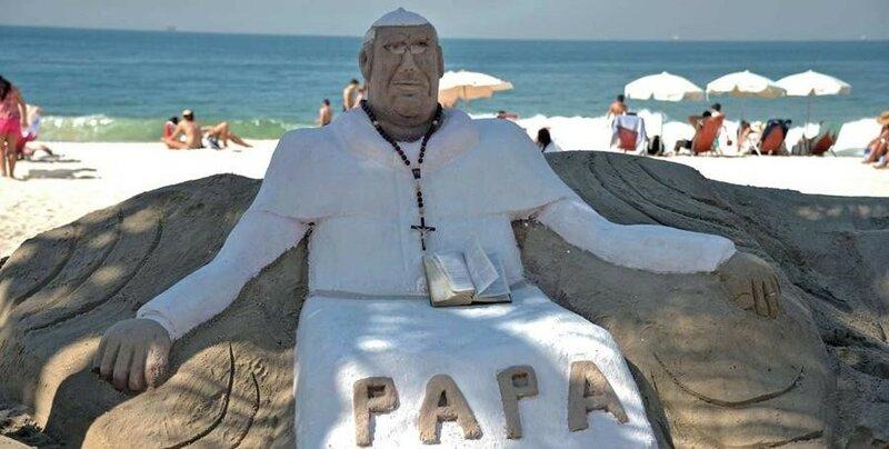 Песчаная скульптура папы римского на пляже Копакабана