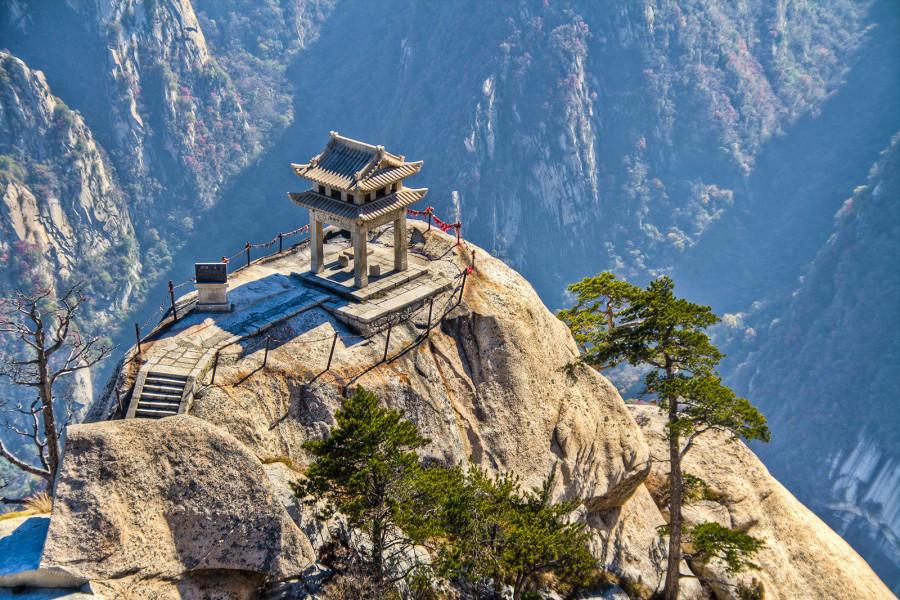3.Для жителей Китая эта гора имеет огромное религиозное значение и потому является объектом массово
