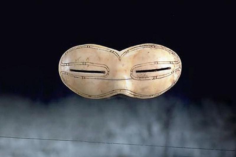 Они были найдены на Баффиновой Земле в Канаде. Вообще-то это скорее не солнечные, а снежные очки, со