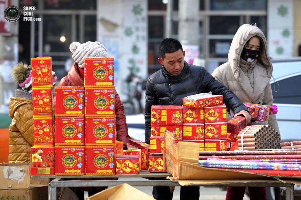 Продажа фейерверков на рынке в Фусине, провинция Ляонин, Китай. (WANG ZHAO/AFP/Getty Images)