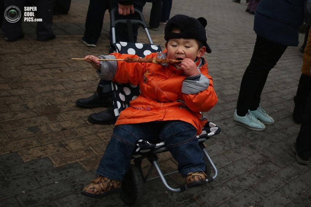 Ребёнок наслаждается праздничным лакомством.(Feng Li/Getty Images)