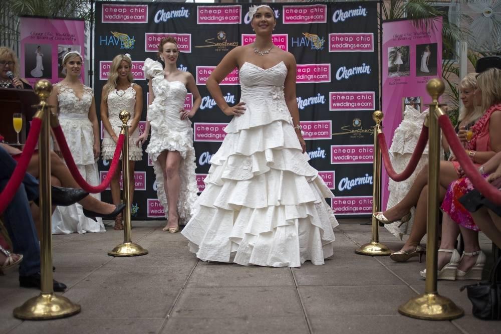 Удивительные свадебные платья из туалетной бумаги (19 фото)