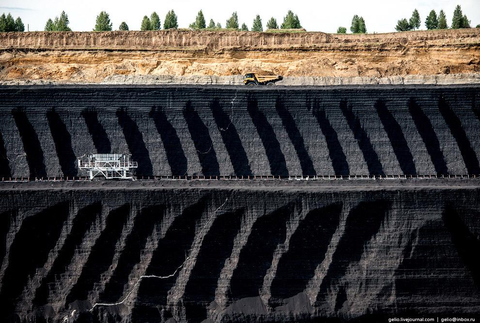 16. Первая стадия процесса открытой добычи угля — вскрышные работы.