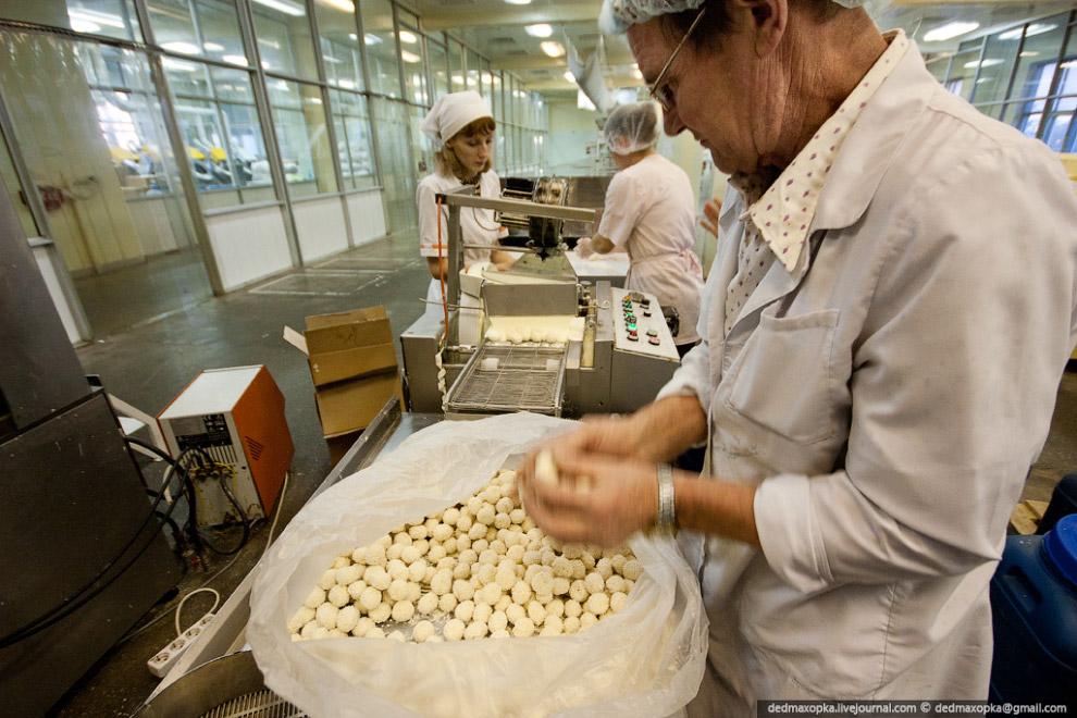 Шоколад делают и на заказ. Это конфеты в виде капли нефти для нефтяной компании: