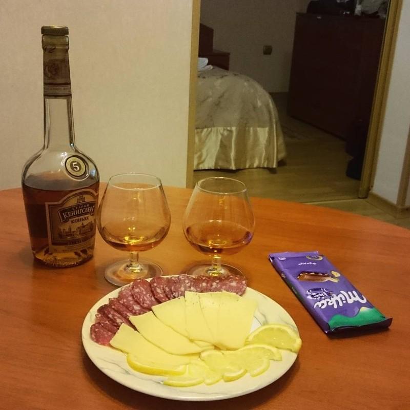 Коньяк с шоколадом, колбасой и сырами Анаис: ЛОЛ. Нет. Эрик: Если бы грусть была едой, то вот так бы