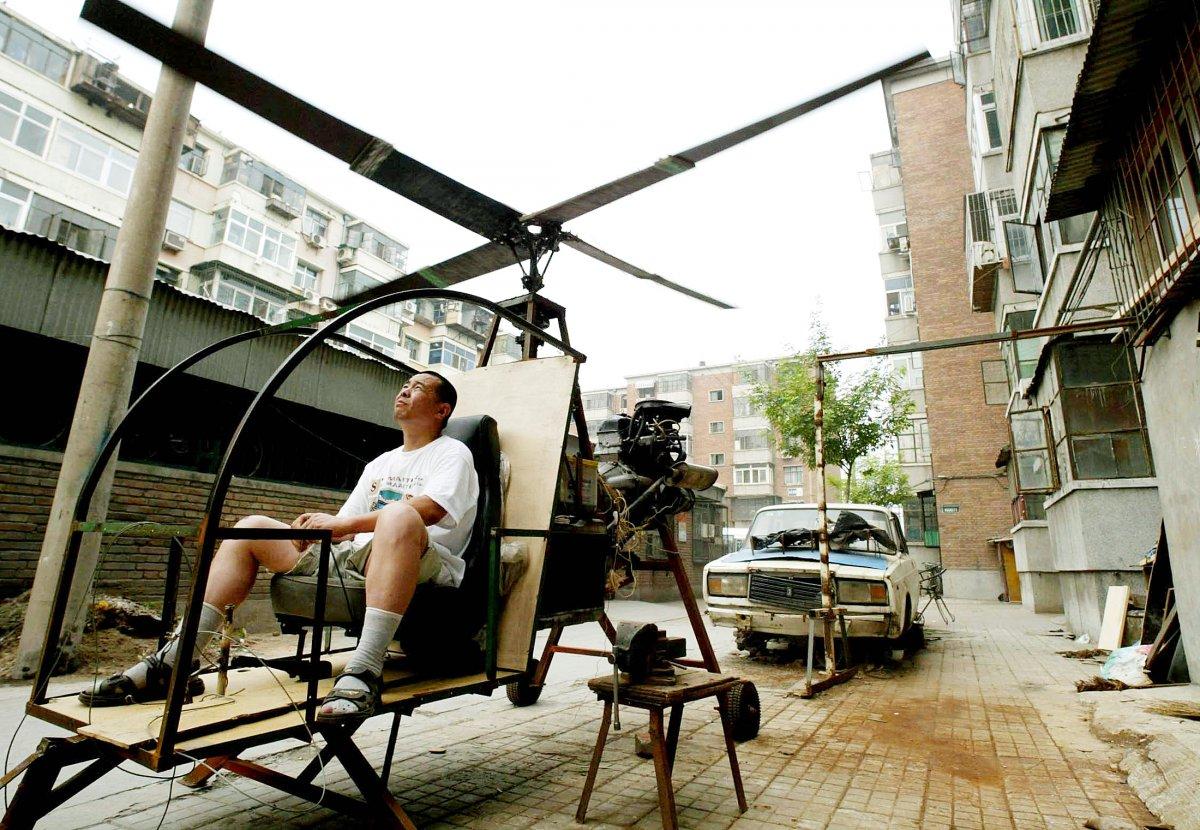31. Китайский изобретатель-самоучка по имени Юй Цзюнь и его самодельный вертолет.