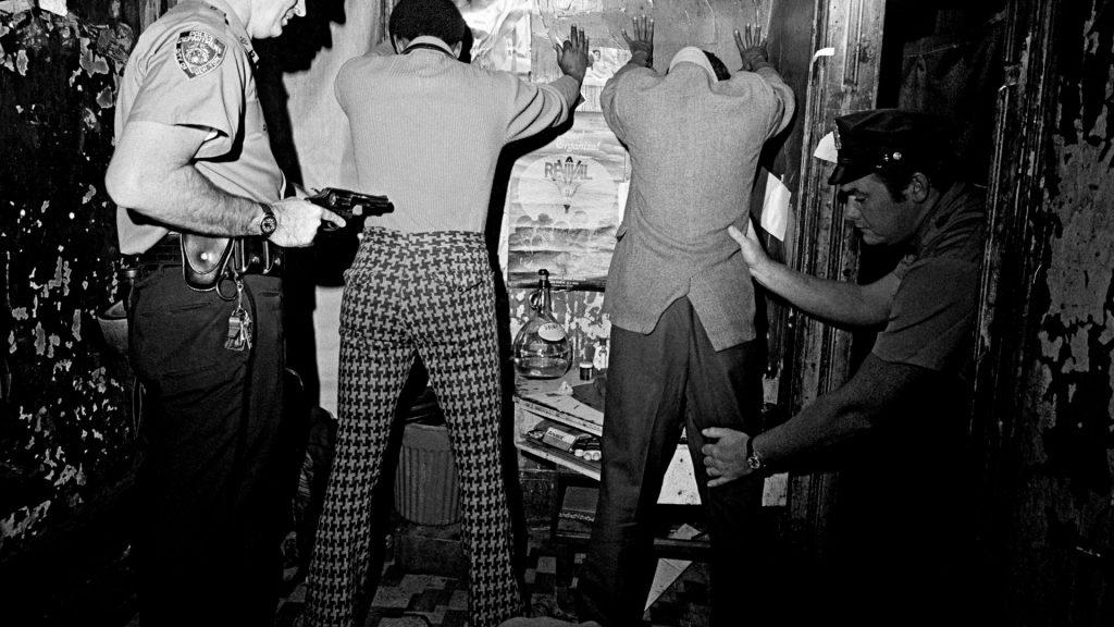 Антинаркотический рейд нью-йоркской полиции в Гарлеме, 1972 год. Фото: Leonard Freed. Возросшие объе