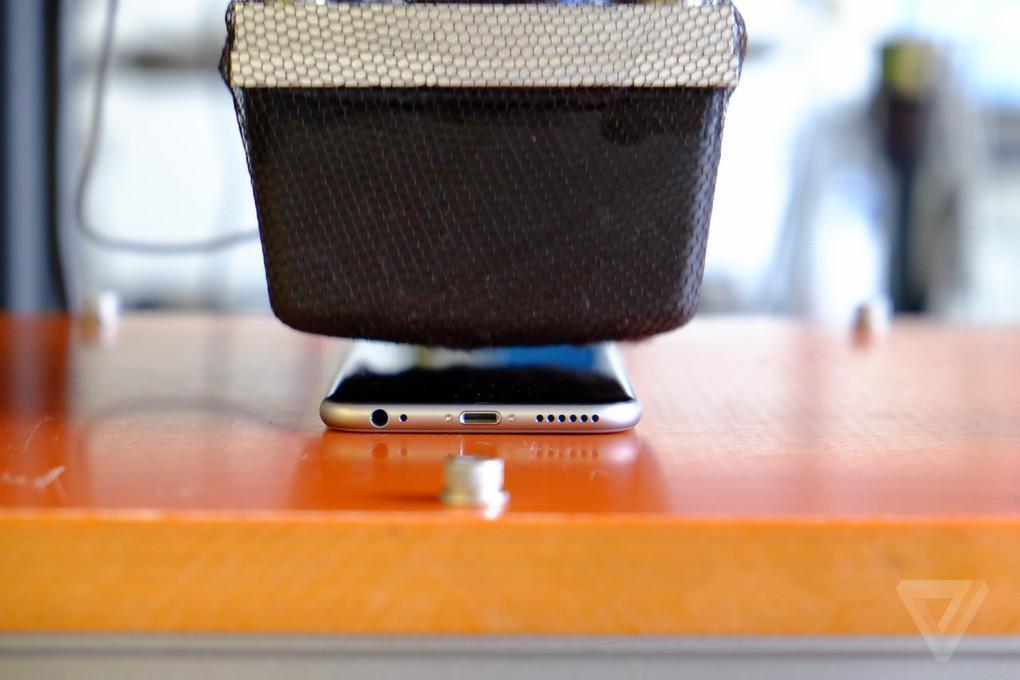 2. Но главное, Apple утверждает, что iPhone 6 был протестирован в сотнях испытаний, а также в карман