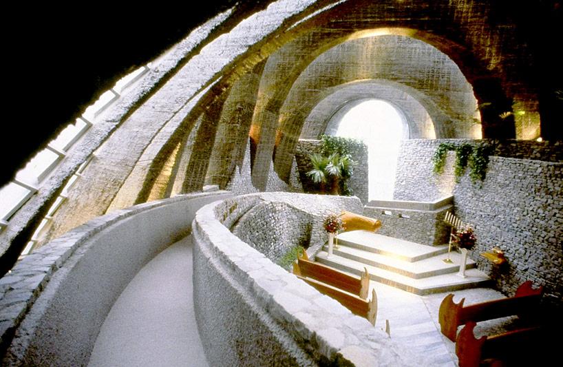 Церковь сложенная из камней в Японии