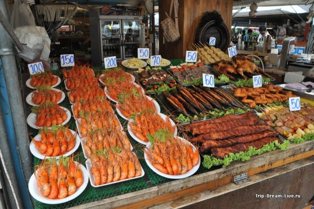 Морепродукты на гриле на рынке в Паттайе