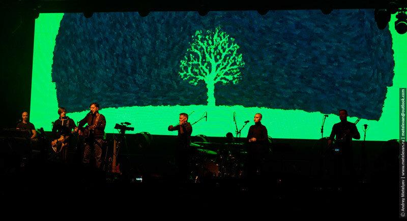 Группа ддт на сцене на фоне экрана