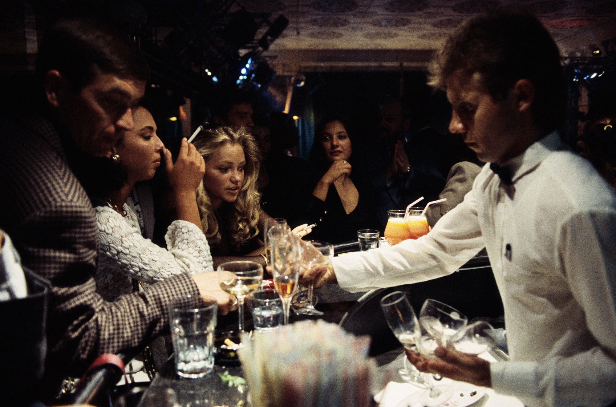 1990. Молодые люди выпивают в в московском ночном клубе «Firebird», где обслуживают только за твердую валюту