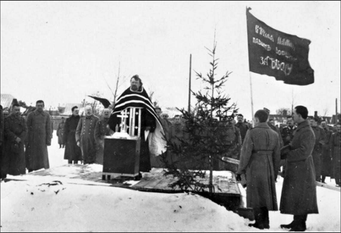 Священник призывает солдат присягнуть Временному правительству
