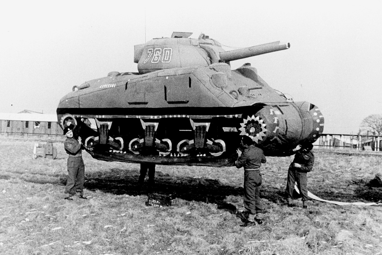 tank-gonflable-seconde-guerre-mondiale-01.jpg