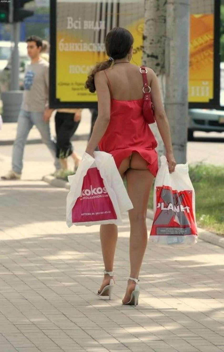Фото подъемный кран задрал подол юбки