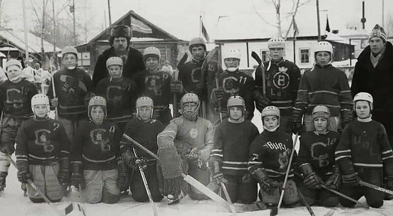 Сельские хоккеисты.