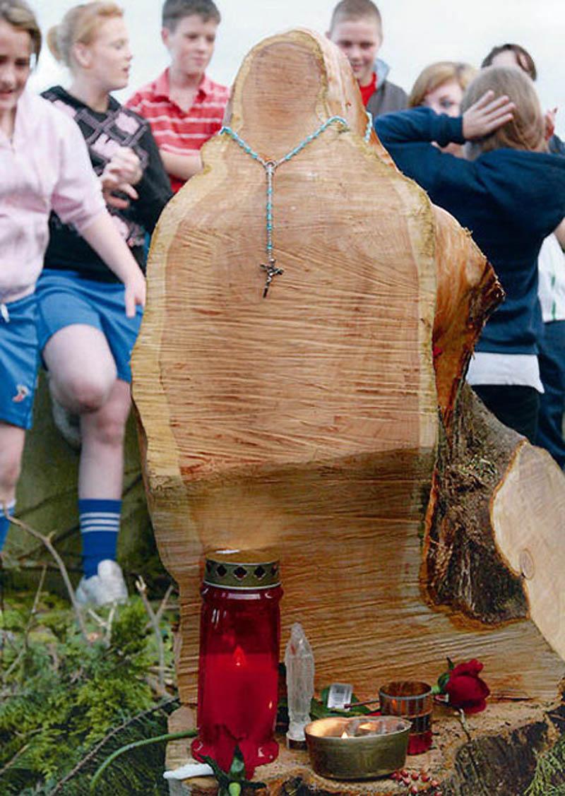 14. Рабочие обнаружили образ Девы Марии в пне дерева, спиленного на церковном дворе в Рэткиле, графс