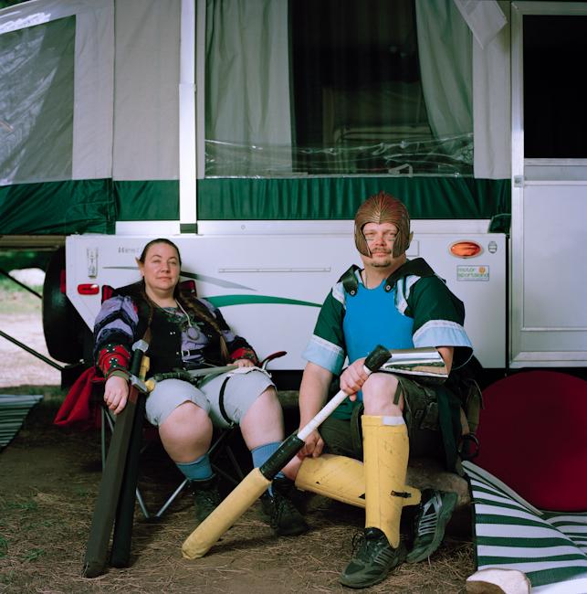 5. Пола, 41 год, Мюррей, штат Юта (слева) Имя персонажа: ЛоннаЛюриэлль (Лонни) Свифтхант Биография п