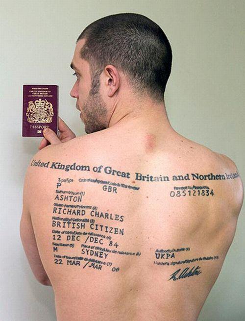 Британец вытатуировал на спине паспорт