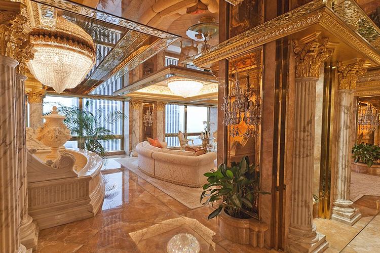 Интерьер квартиры разработал Анджело Донгия (известный в мире дизайна как «Сен-Лоран мира диванов»).