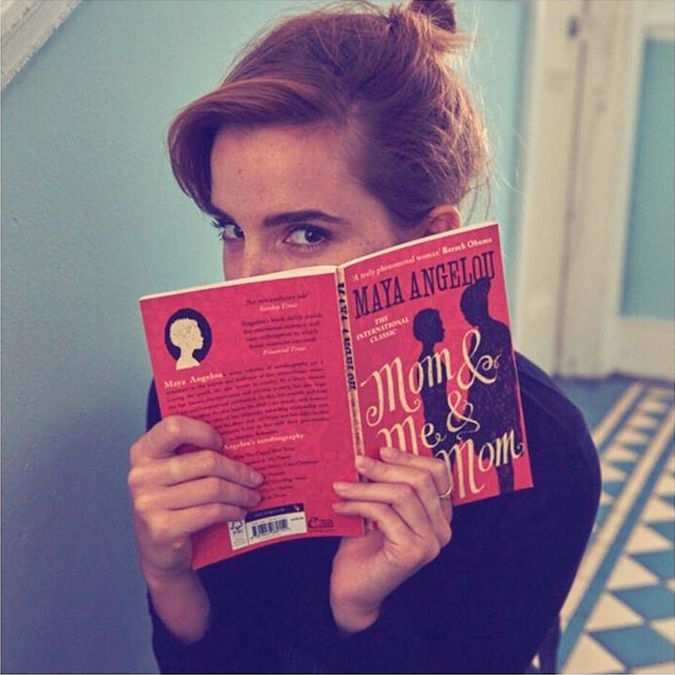 Книжная фея: актриса Эмма Уотсон прячет книги в лондонском метро