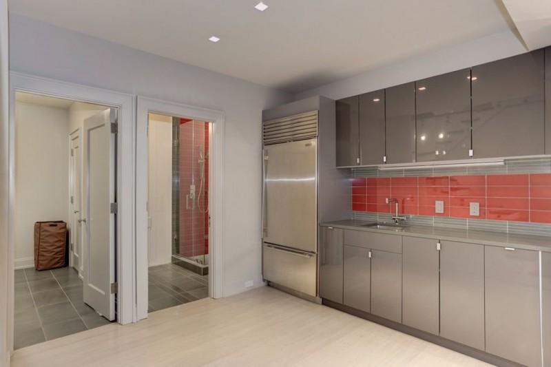 На первом этаже есть еще одна кухня, предназначенная для подготовки угощения во время вечеринок.