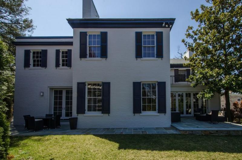 Дом с трех сторон окружен дорогами.