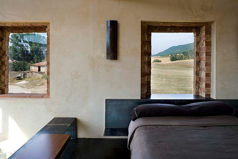 Стильный дом из полуразрушенного здания в Испании