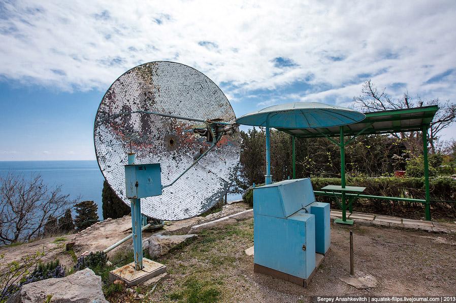 3. Установка концентрирует солнечный свет при помощи всех 12-ти тысяч зеркал, направляющих лучи