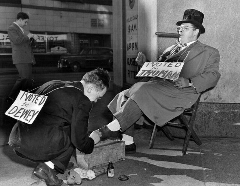 Врачи делают искусственное дыхание утопленнику, а девушка в купальнике позирует, Нью-Йорк, 1940 год
