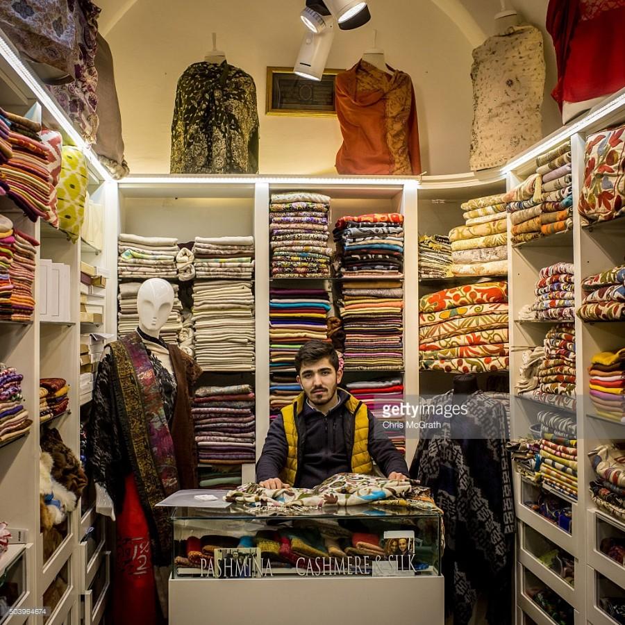 3. В магазине Бурака Эрдогана продаются кашемир, шелк и пашмина.