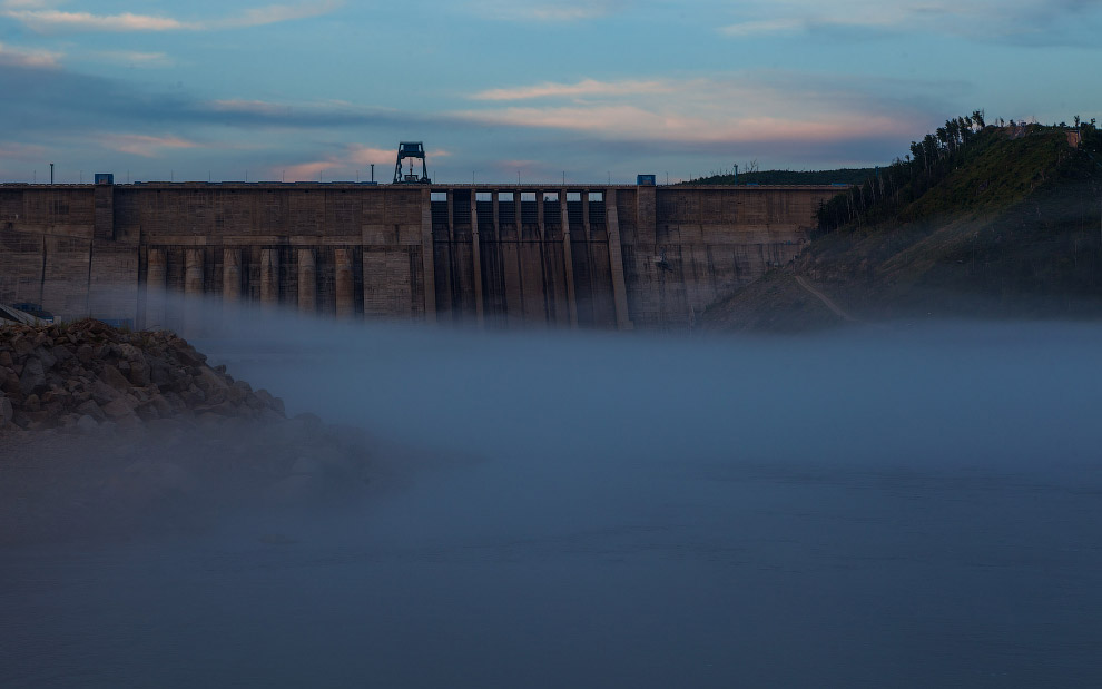 9. Строительство Бурейской ГЭС началось в 1976 году с подготовительных работ: сооружения дорог,