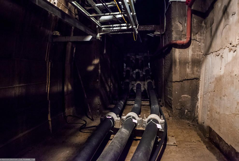 27. Для кабелей (два рабочих и один резервный) были построены 340-метровый тоннель и 150-метров