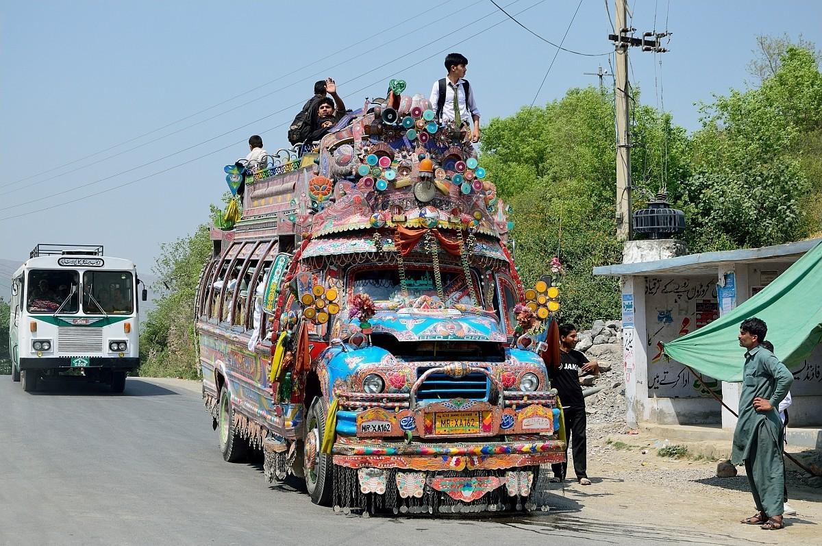 А вот здесь нам попался расписной пакистанский автобус — это просто трэш и угар какой-то