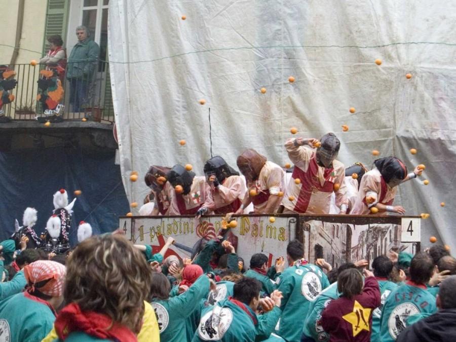 18. В Италии проводится крупнейшая битва едой, в ходе которой тысячи людей в шутливой форме борются