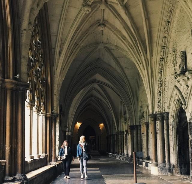 13. Хотя в Вестминстерском аббатстве проходят венчания и коронации, фотографировать внутри запрещено