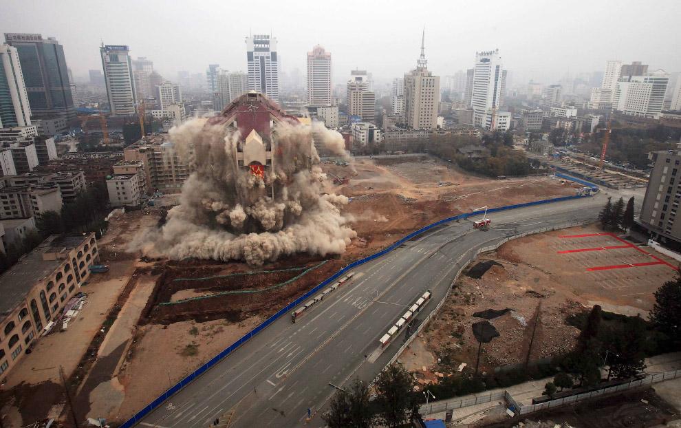 13. Подрыв 20-этажного отеля Hilton в центре Бейрута, 14 июля 2002. (Фото Jamal Saidi   Reuters):