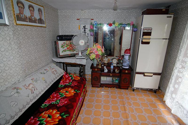 56. Еще одна комната. Живут ли тут, или ночью весь дом запирается как музей, не очень понятно.
