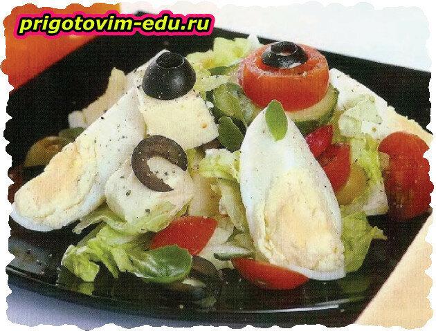 Салат овощной с сыром, маслинами и яйцом