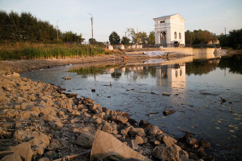 мусор на реке во время когда спустили воду