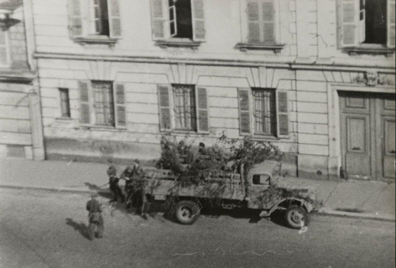 Немецкие десантники возле грузовика